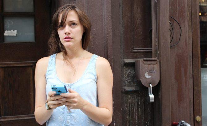 woman-texting-820x500
